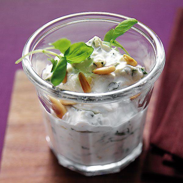 Rohkost und gegartes Gemüse wie Chicorée, Radicchio, Staudensellerie, Tomaten und Paprikaschoten lassen sich gut in den Dip stippen.
