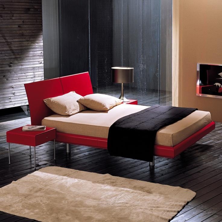 Keira. Morbidi profili disegnano il legno rivestito interamente in cuoio cucito del letto matrimoniale Keira. La testiera del letto, composta da 2 elementi curvi, ed il giroletto sagomato, possono essere completamente rivestiti in cuoio o rigenerato di cuoio liscio.