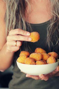 Buñuelos de calabaza / •500g de puré de calabaza •3 huevos •250g de harina •1/2 sobre de levadura química •80g de azúcar (Esto al gusto) •Ralladura de una naranja Para rebozar: •Azúcar con canela                                                                                                                                                                                 Más