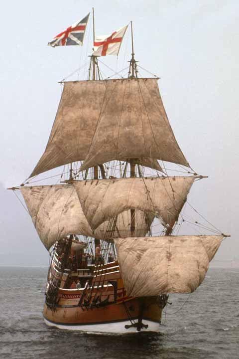"""Le Mayflower est un navire anglais qui transportait, en 1620, parmi la centaine de passagers en son bord, des protestants puritains ayant rompu avec l'Eglise anglicane. A leur arrivée en Amérique, ils vont fonder la colonie de Plymouth en Nouvelle-Angleterre et vivre indépendamment de la couronne avec un modèle d'autonomie propre à eux. On les appel les Pères Pèlerins du fait qu'ils font partis des premiers  colons britanniques a s'installer en """"Terre Promise"""", l'Amérique du Nord."""