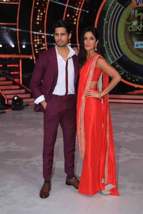 Sidharth Malhotra and Katrina Kaif on Jhalak Dikhhla Jaa : I like the Rohit Gandhi + Rahul Khanna suit and shirt Sidharth is wearing but the sleeves and open collar is bringing some kind of untidiness to the look. As for Katrina, she looked lovely in...