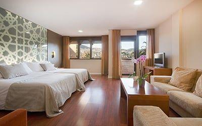 Hotel 4 estrellas en Granada con 106 habitaciones con hidromasaje (jacuzzi), piscina, Sp