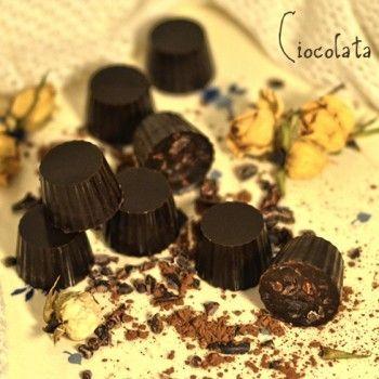 Ciocolată de casă raw     Cine nu adoră ciocolata?   Prefer să fac în casă ciocolata raw pentru că durează foarte puțin tot procesul e simplu de preparat și este super gustoasă și fină. Mă duce cu gândul la delicioasele trufe care se topesc în gură.   Pentru o formă cu 15 bomboane am folosit:   Ingrediente:  90 g ulei de cocos topit (sau de cacao)  45 sirop de arțar (sau alt îndulcitor natural)  15 g cacao  10 g pudră de roșcove raw  (opțional) 3/4 linguriță pudră de vanilie  (opțional)…