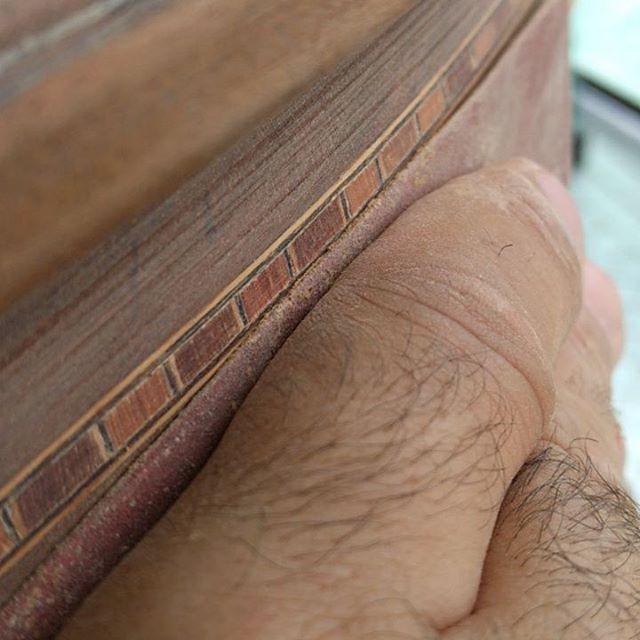 Você pode ter a mão firme ou pode apoiar o dedão do outro lado para não lixar a marchetaria centenária do móvel estragado da patroa.  #marcenaria #woodworking #projetodesemana #diy #wood #woodshop #woodporn #madeira #vintage #vintagefurniture #tipsandtricks #tips #sawdust #sanding #lixando #sandpaper #marchetaria #inlay #oldfurniture #midcenturymodern #moveis #moveisantigos #turnofthecentury #furniturerestoration #restoration #restauração #solidwood #madeiramaciça #table…