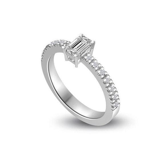 ANELLO DI FIDANZAMENTO SOLITARIO COMPOSTO CON DIAMANTE SUL GAMBO 18CT ORO BIANCO | Solitario Composto con 14 Diamanti sul gambo. Il peso totale dei carati per questo anello va da 0.35ct a 0.55 con il diamante centrale da 0.21ct a 0.41ct. I 14 diamanti laterali pesano 0.01ct ciascuno per un totale di 0.14ct. I diamanti sono taglio brillante montati in griffe sono disponibili da F ad H colore e da VS1 a HSI1 purezza.L`anello e` accompagnato dal certificato del diamante.