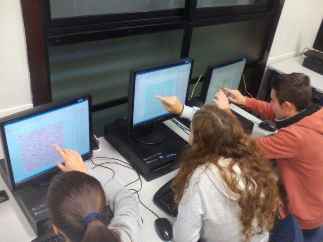 Lanzando dardos aleatorios en GeoGebra y contando puntos dentro de la forma irregular. Después ya aprendimos a hacerlo con un poco de código