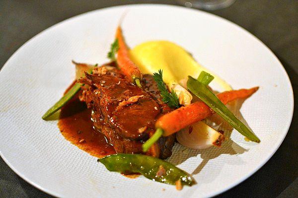 Une échine de cochon confite au four tout doucement avec ses petits légumes de printemps et une purée maison ultra crémeuse. Miaaam !