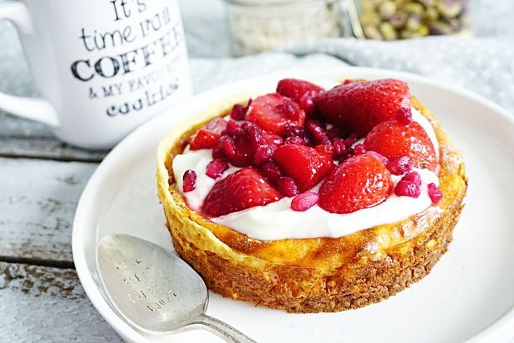 Een kwarkcheesecake bestaande uit maar 3 basis ingrediënten: die moet je maken! Deze is koolhydraatarm en ook nog eens vrij van suikers