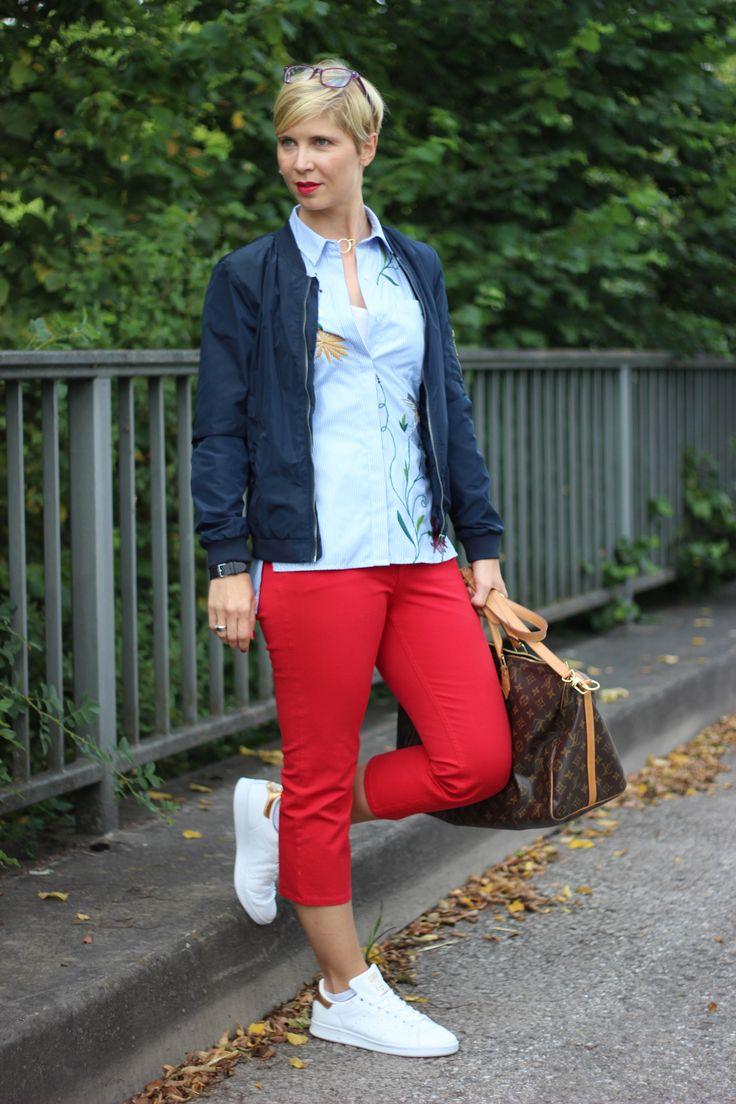rote Hosen, Escada, gestreifte Bluse, Stickerei, Adidas, Stan Smith, Bomberjacke, Conny Doll