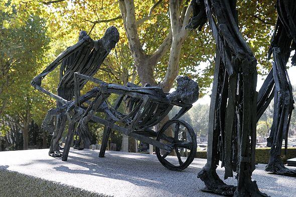 Pere lachaise cemetery paris holocaust memorial - Cimetiere pere la chaise ...