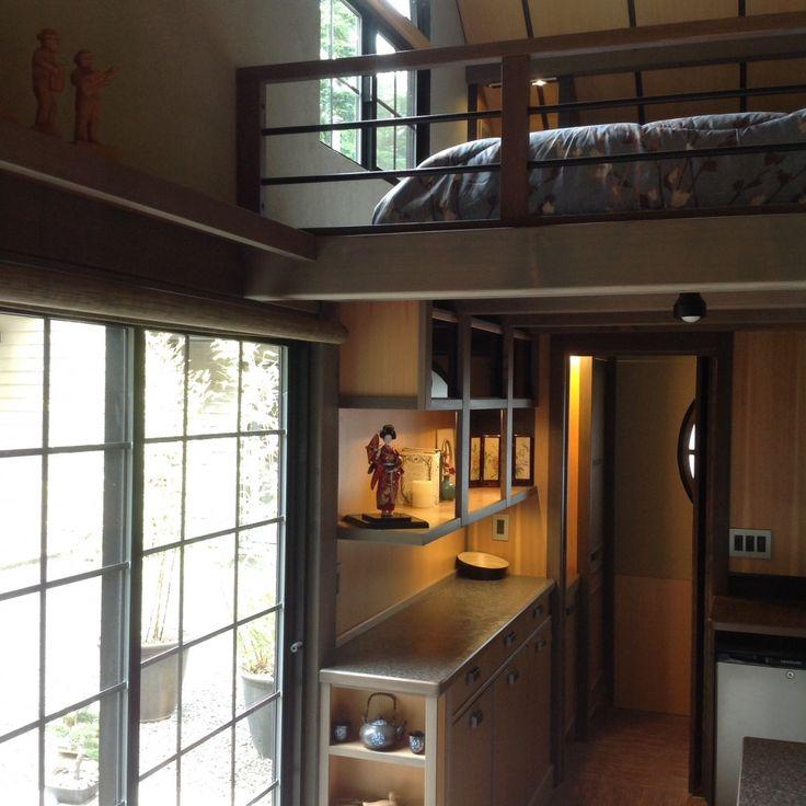 En la cocina hay algunas repisas y cajones para lo más necesario. La puerta de entrada fue hecha al estilo japonés y deja pasar una cantidad de luz suficiente para iluminar casi todo el hogar