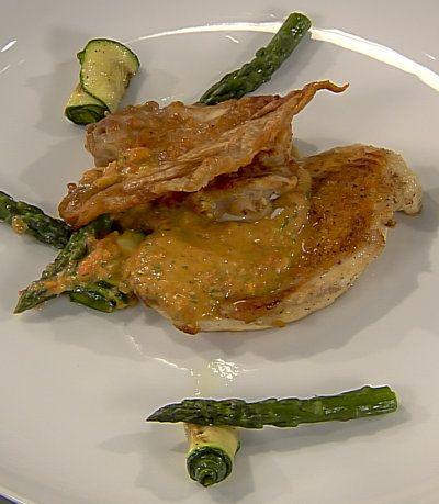 Smażona pierś z kurczaka z przesmażonym i pieczonym udkiem z kurczaka  blanszowane miętowe szparagi, grillowana cukinia, sos pomidorowy i chips ze skóry Składniki: 1 pierś z kurczaka ze skórą 1 udko z kurczaka skóra z piersi kurczaka 4 zielone szparagi 1...