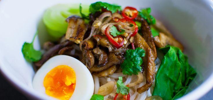 Risnudlar med ostronskivling är en enkel rätt som går att servera kall eller varm. Receptet är veganskt men det går att toppa med räkor, ägg eller något annat protein. Såsen sätter en tydlig asiatisk prägel på rätten.