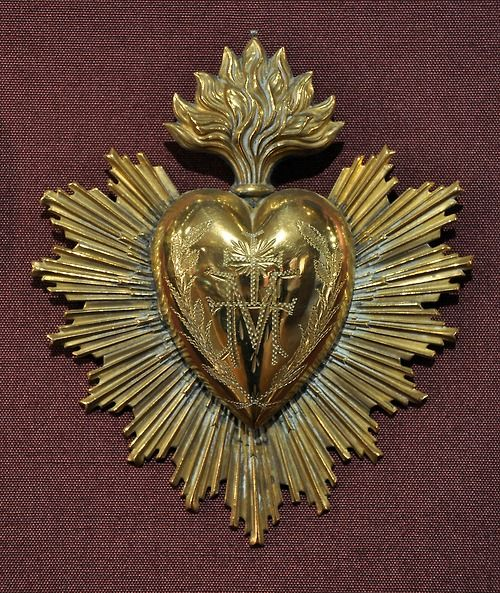 Isa: I really love the simplicity of this design. No flowers or thorns, no human-shaped heart, no cross. Just a heart and beautiful radiating lines