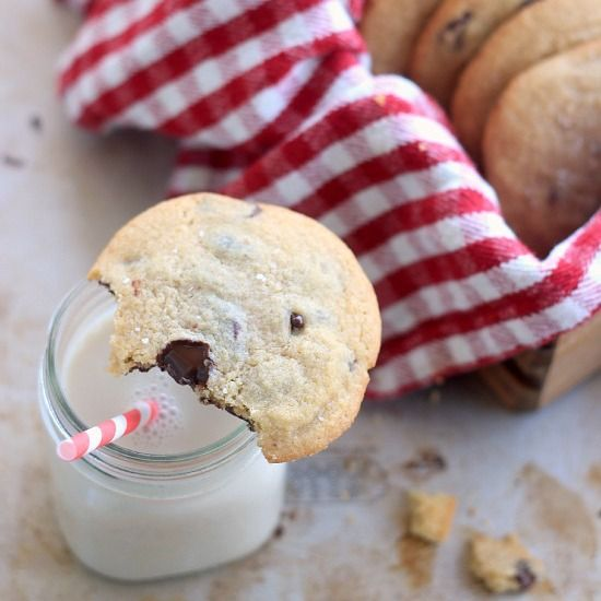 A simple chocolate chip cookie recipe without baking soda or baking powder. The cookies are soft in the middle and slightly crispy on the edges. You don't absolutely need baking soda or baking powder to…