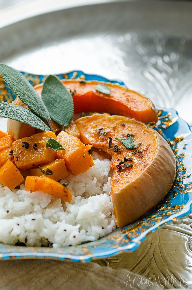 Orez cu dovleac copt cu fulgi de chili și salvie verde. Combinația de dovleac plăcintar copt și salvie are un farmec aparte alături de condimentele indiene.