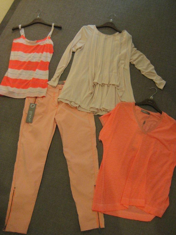 Kleding in uitbundige kleuren zoals fel oranje, kun je afwisselen met kleding in aarde tinten. Kijk hoe GUSTAV dat doet!