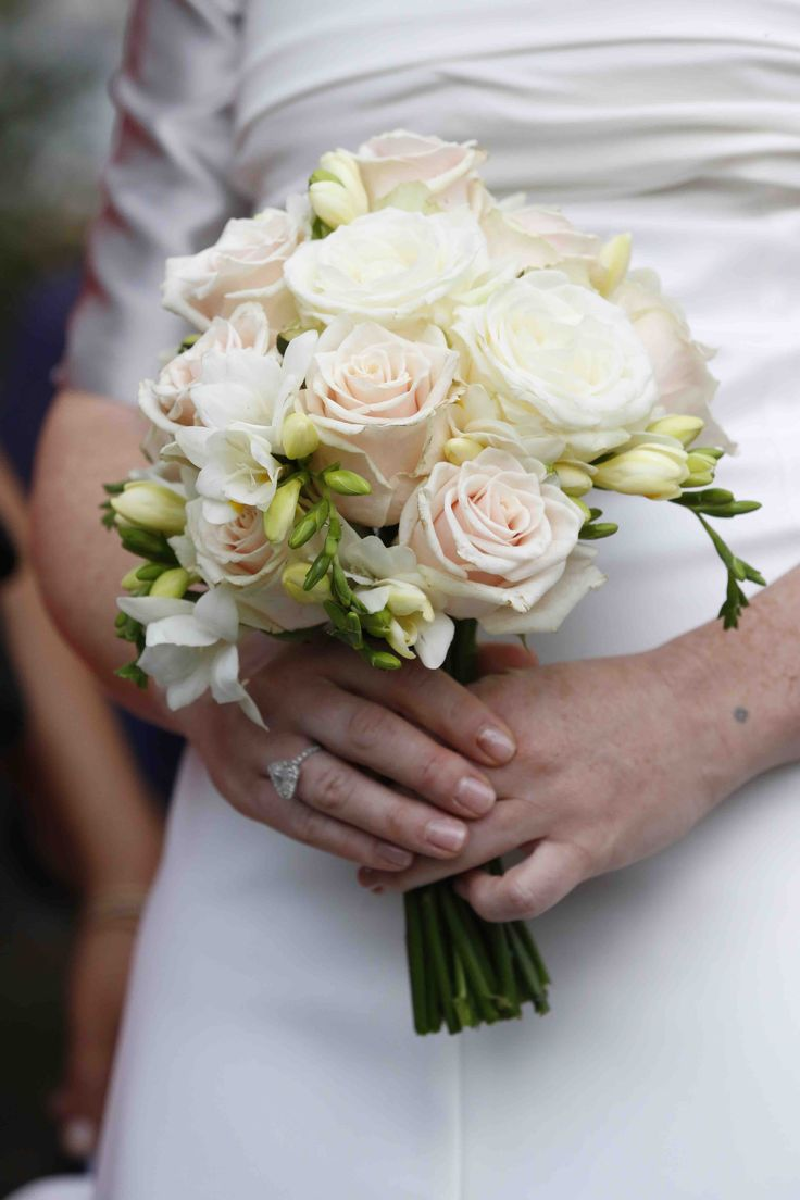 Bouquet di rose e fresie #matrimonio