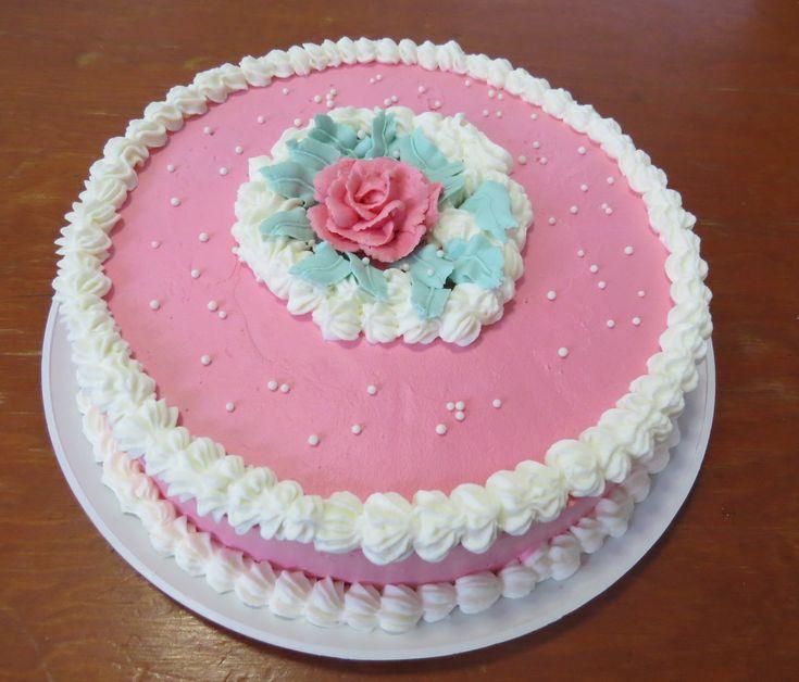 Pastel de 3 leches cubierto con crema chantilly y decorado con rosas de mantequilla - Pasteles clasicos