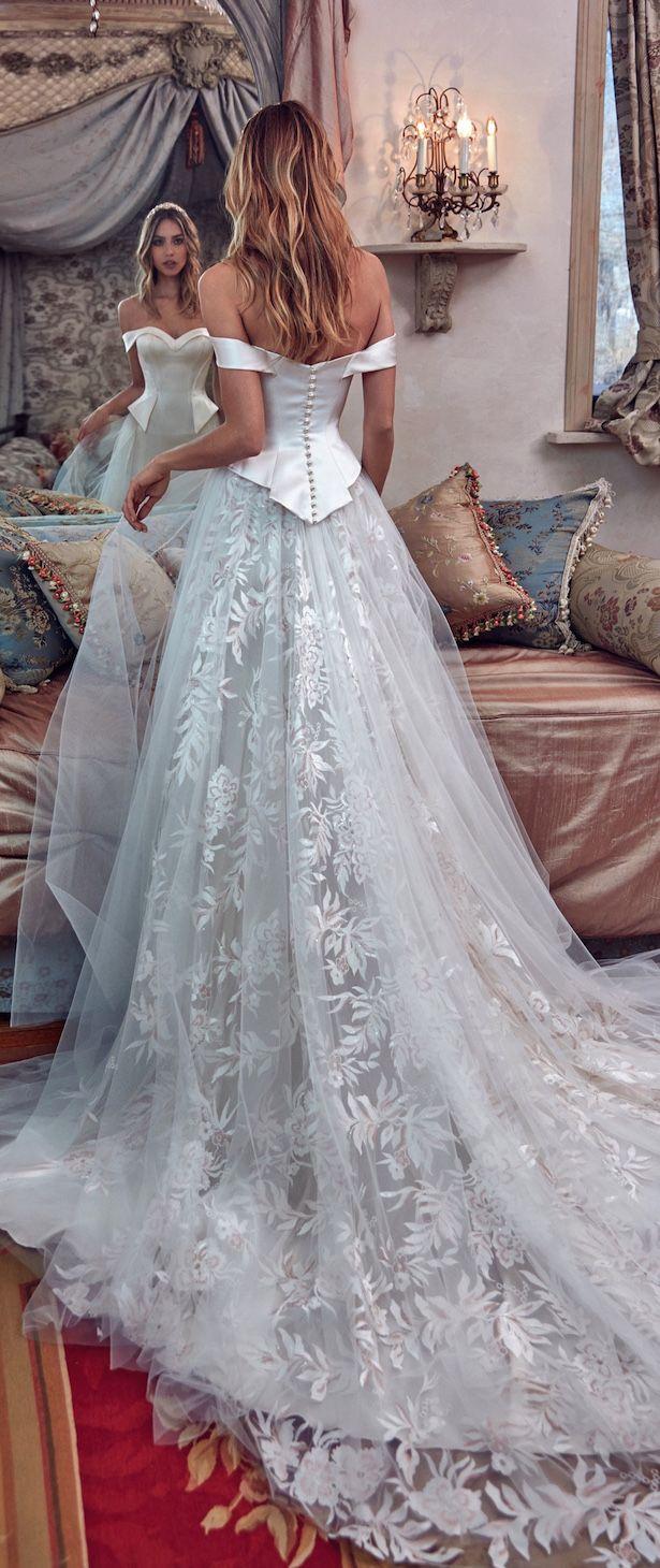 Klassisches Prinzessin Brautkleid mit herzförmiger Korsage aus Satin und weitem Rock mit Schleppe aus Tüll und Spitze