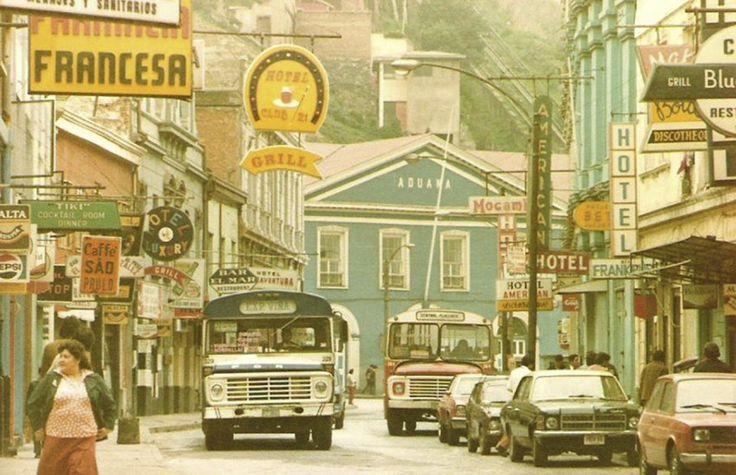 La-Calle-Cochrane-de-Valparaíso-alrededor-del-año-1982.-Al-fondo-la-Aduana.-La-foto-es-de-Eric-Rivera-Cervantes