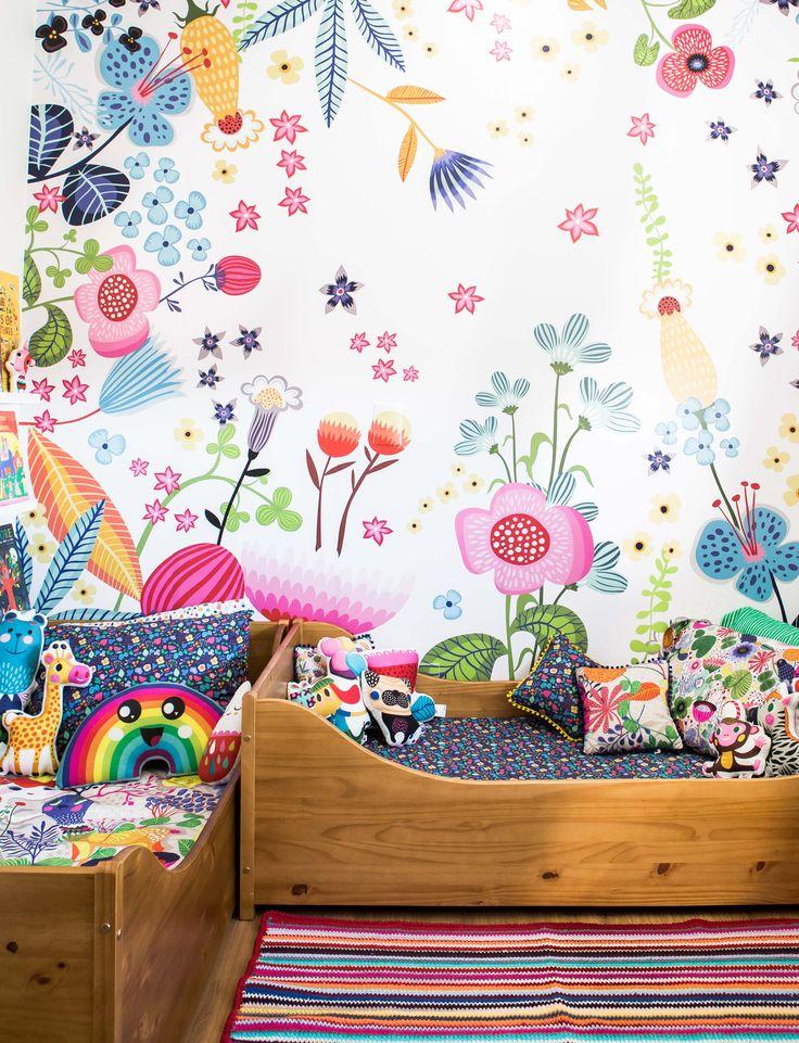 No quartinho das musas da @amomooui não poderia faltar muita cor e estampa! Laurinha e Rebeca amaram o papel de parede JARDIM que mudou completamente a cara do ambiente em comparação com a decor antiga. Roupa de cama com muitas flores com lençol BOSQUE NOITE e SONHOS completam esse jardim rico em flores lindas! #quartodemenina #quartoparairmas #kidsroom #quartocolorido