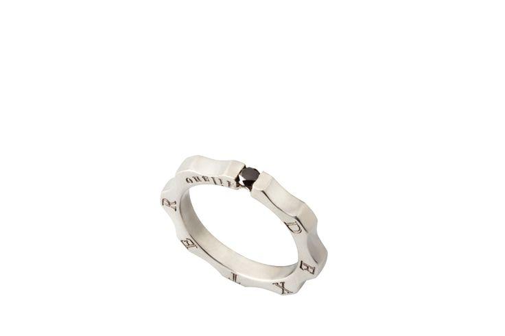 Suspended Black diamond Time Machine ring. DEXTER Tips: A unisex iconic ring to be worn to show the diamond or to keep it hidden in your mistery.  - Anello Time Machine Classico con diamante nero sospeso. Il tempo si ferma per un solitario moderno e di tendenza. Anello unisex, da indossare mostrando il diamante nero o all'occorrenza, nasconderlo nel mistero. @DEXTER Milano #Jewelry #Ring #Accessories #Fashion #TimeMachine #Diamond #anello #diamante #accessori #gioielli #gear #ingranaggio
