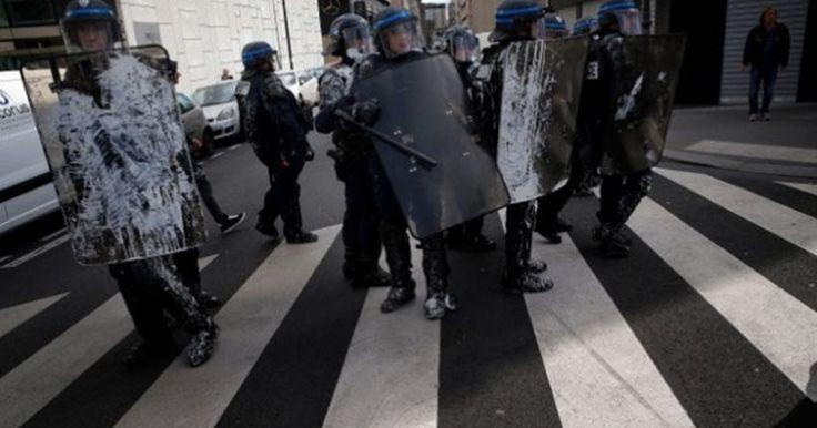 Συλλήψεις 18 διαδηλωτών στο Κλίβελαντ - Έβαλαν φωτιά σε αμερικανική σημαία