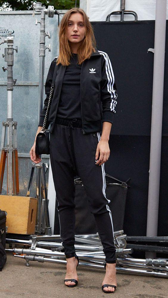 Casual cool: 10 looks para te inspirar. Sandália de duas tiras, conjunto esportivo, bomber jacket preta adidas com listras nas laterais, calça esportiva adias com listas nas laterais