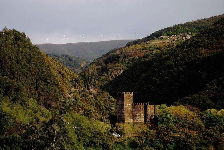Castelo da Lousã e a aldeia de Casal Novo ao fundo