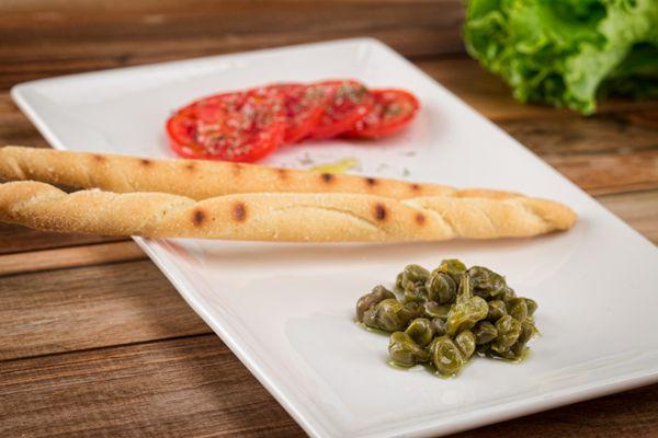Fiori di cappero. Il fiore di cappero si può utilizzare da solo come gustoso antipasto oppure in combinazione con pesce bianco e crostacei. Ottimo anche se inserito in insalate fredde di pasta o di riso o, ancora, come ingrediente sulla pizza. Se ne consiglia l'uso anche in combinazione con un sugo al pomodoro San Marzano per condire paste corte e spaghetti. #fiori #capperi #sottolio #specialita #gourmet #calabria