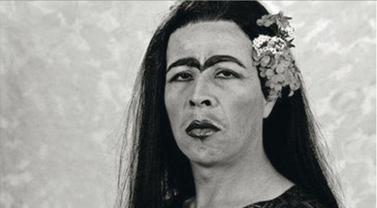 El artista chileno Pedro Lemebel (q.e.p.d.), como Frida Kahlo. / AGE FOTOSTOCK