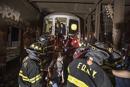 2日、ニューヨークのクイーンズ区で、脱線した地下鉄車両から避難する乗客ら(EPA=時事) ▼3May2014時事通信 地下鉄が脱線、19人けが=NY http://www.jiji.com/jc/zc?k=201405/2014050300118 #New_York_City #Queens #subway #derailed