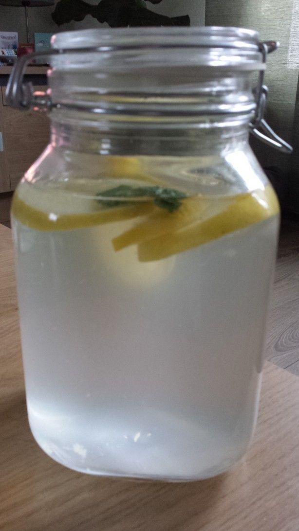Natuurlijk Detoxdrankje. Neem een grote kan of inmaakpot (deze is 3 LTR) neem 3 schijfjes citroen of limoen, 2 blaadjes munt en 6 schijfjes komkommer. Vul aan met water en laat minimaal een uur trekken. Lekker en gezond! Voor meer tips en recepten like de FB pagina van Sattva Relaxa