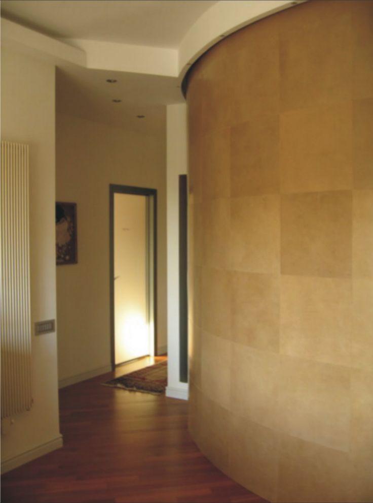 residenza privata - parete curva rivestita in cuoio