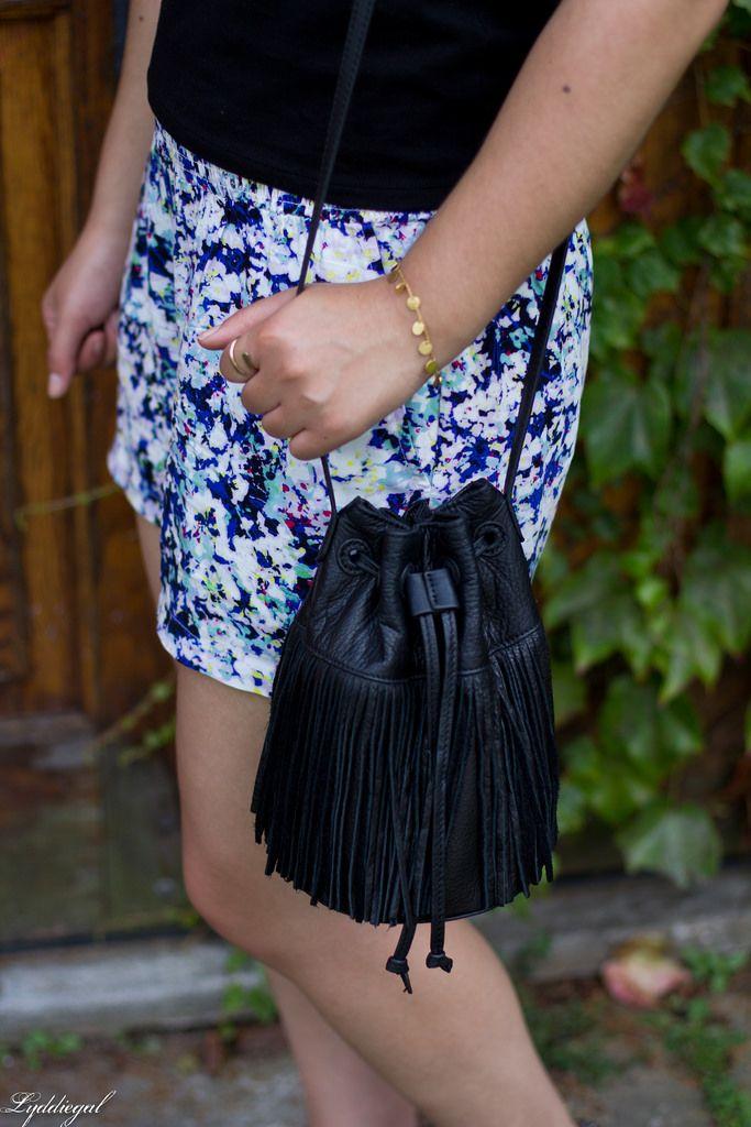 черный с плеча тройника, цветочные шорты, бахрома сумка-10.jpg