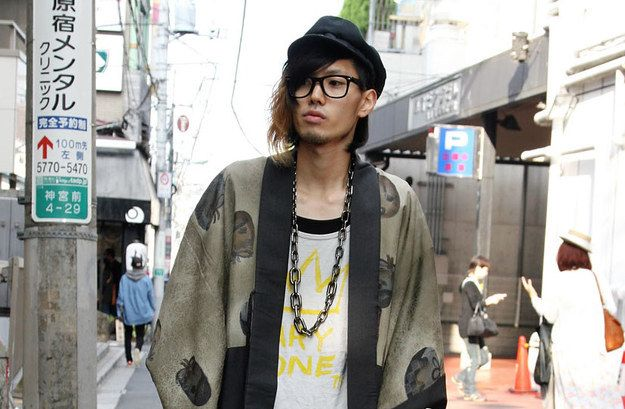 This hipster is wearing a chaire-print haori inside out!