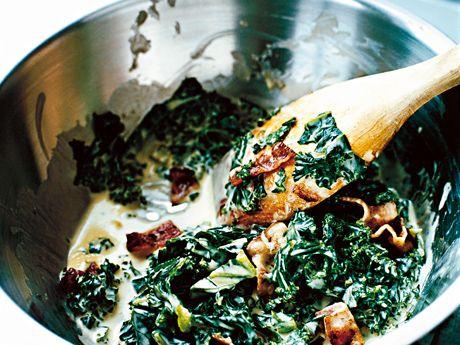Koka grönkålen ngr minuter i lättsaltat vatten. Strimla / tärna baconet och stek knaprigt, tillsätt sedan grönkålen. Blanda ned grädde och krydda med vitpeppar efter smak. Otroligt lättlagad rätt, passar perfekt som tillbehör till grillat kött / fågel! Går bra att byta grönkålen mot savoykål.