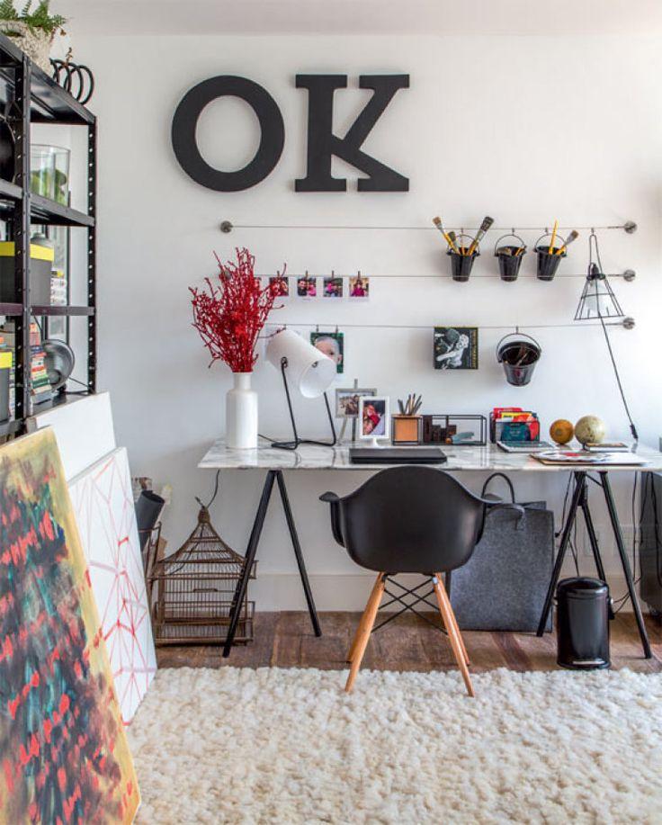 No escritório-ateliê, o OK (Area Objetos) na parede foi tingido de preto pelo morador, que assina boa parte das telas espalhadas pela casa. O tampo de mármore, aproveitado de um móvel de família, e os cavaletes da Etna compõem a escrivaninha. Cadeira da Tok & Stok.