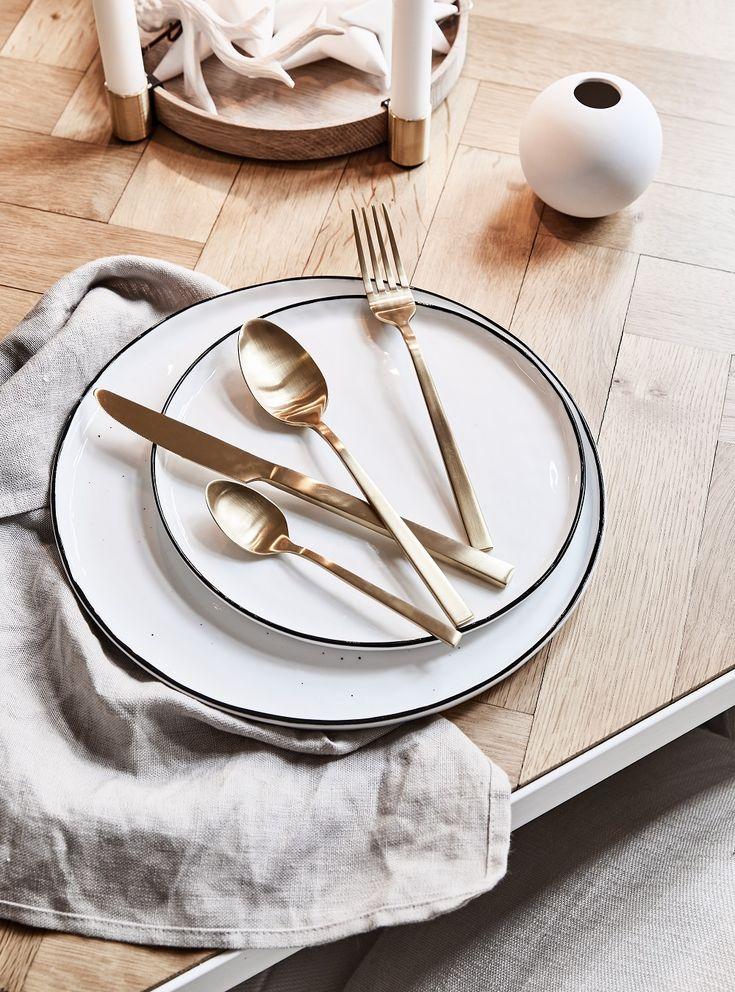 Simple Chic! Holt Euch mit dem Kaffeeservice BREAD STREET das simple Design des renommierten Chefkochs Gordon Ramsay auf den Tisch. Schöne Proportionen, weißes Porzellan und ein edler Platinrand machen aus dem 16-teiligen Kaffeeservice einen alltagstauglichen Begleiter, der zu jeder Mahlzeit eine edle Figur auf Ihrer Tafel abgibt. // Besteck Gold Geschirr Weiss Skandinavisch Ideen Anrichten Serviette #Geschirr #Skandinavisch