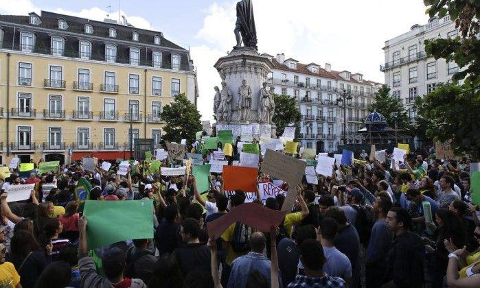 Brasileiros protestam em frente ao consulado do Brasil, em Lisboa Armando Franca / AP