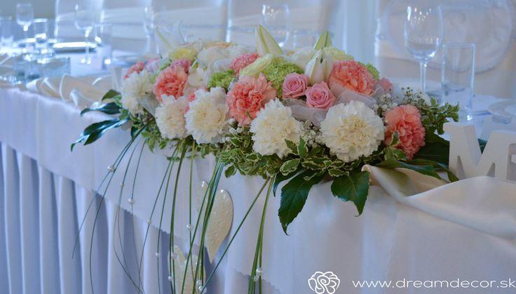 Kvetinová výzdoba na hlavný stôl.