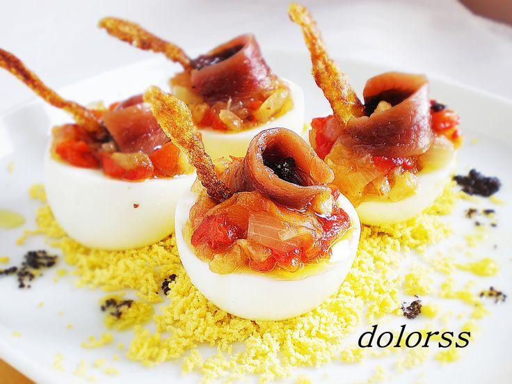 Huevos cocidos con escalivada, anchoas y salsa garum. http://cocina.facilisimo.com/