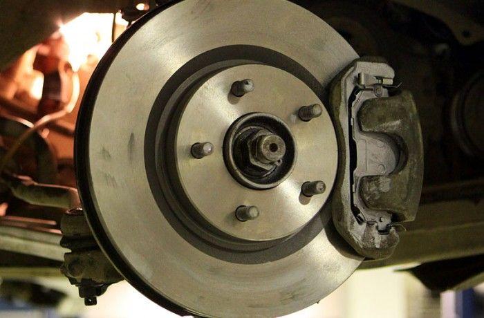 Замена тормозных колодок с обслуживанием тормозных механизмов и нанесением антикоррозионного напыления.