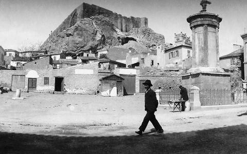 Πλατεία Λυσικράτους, 1904 Πανοραμική άποψη της πλατείας Λυσικράτους. Στη θέση της μονής των καπουκίνων χτίστηκε αργότερα ημιτριώροφη νεοκλασική οικία. Στα αριστερά της φωτογραφίας, επί της οδού Επιμ