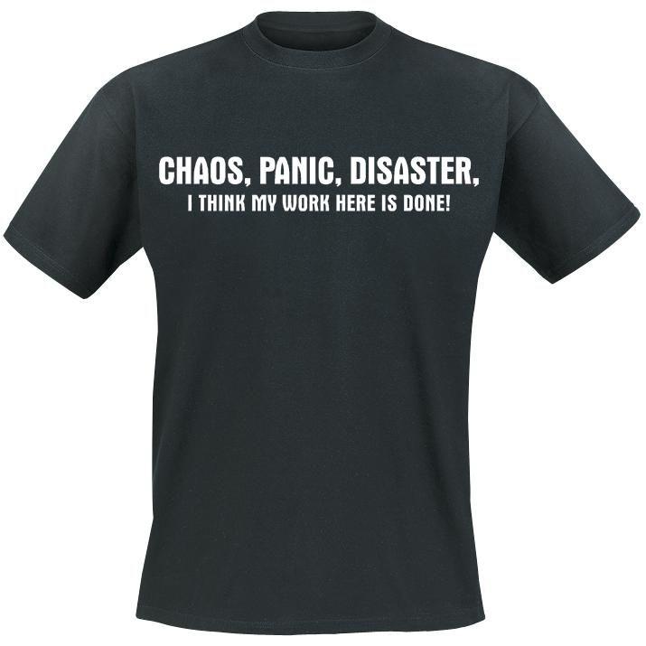 Chaos, Panic, Disaster -T-paita  Esittele kaoottisia toimiasi ylpeänä. Mustan T-paidan Chaos, Panic, Disaster -painatus kertoo toisile yksinkertaisesti ja lyhyesti mutta tehokkaasti, kuka on vastuussa kaaoksesta.