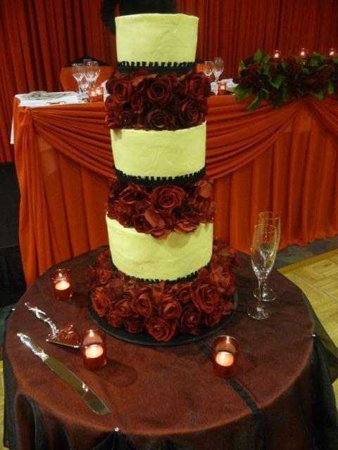 Red roses on wedding cake. For more wedding flower designs please go to www.naomijones.com.au.