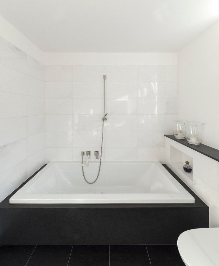 salle de bain spacieuse dans une salle de bains rénovée au design moderne #hpk #hpkarch …