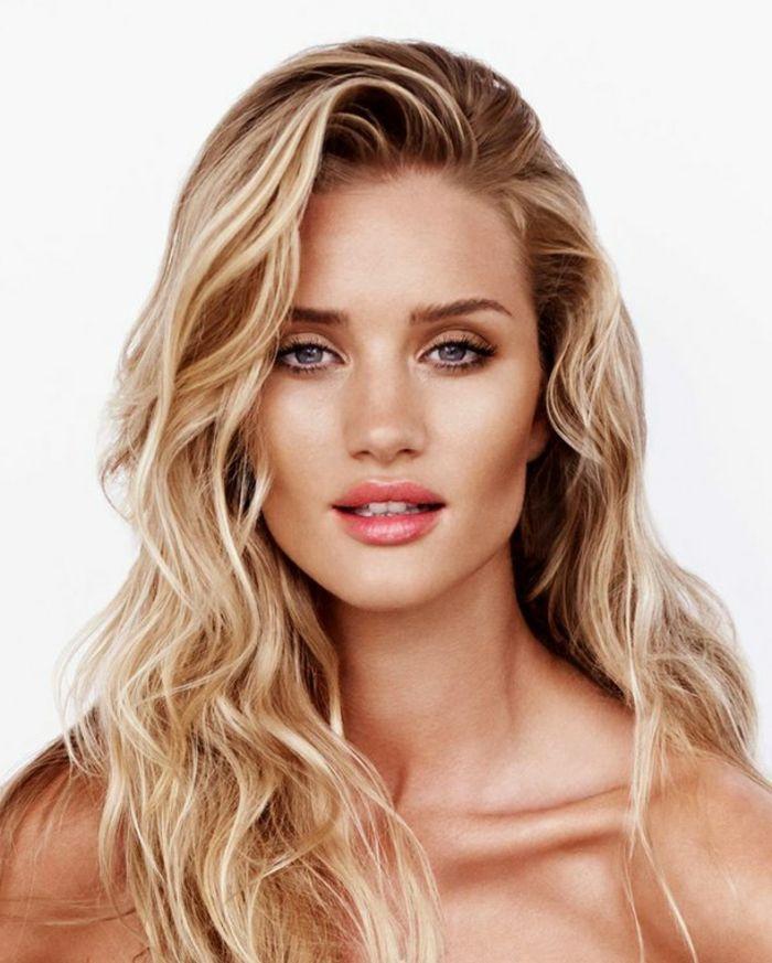 make up tipps lockige haare lässiger look für blondine orange natürlicher lipgloss lippenstift sommer schminke