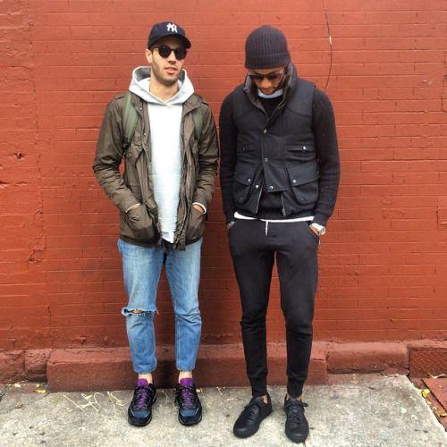 スウェットパンツ黒,ダウンベスト,黒スニーカー,メンズファッションコーデ着こなし